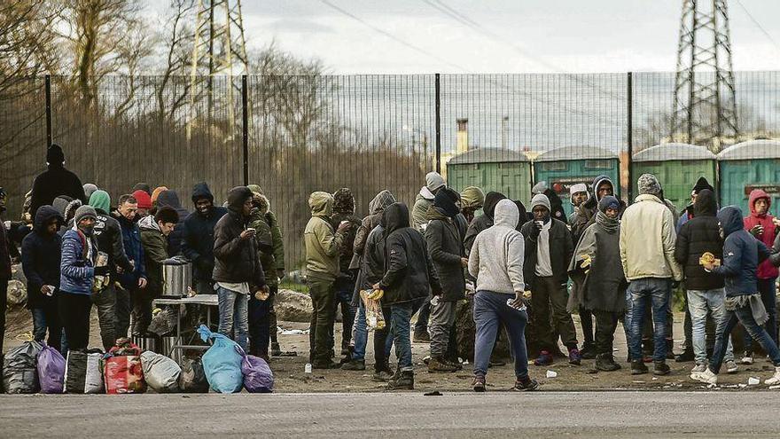 Cuatro heridos de bala en Calais en una pelea entre inmigrantes por la comida