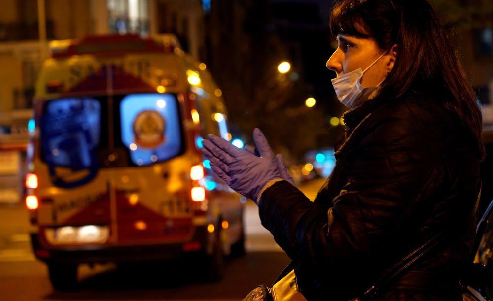 MADRID. 17.03.2020. CORONAVIRUS. Una mujer aplaude en el Hospital Universitario de la Princesa. FOTO: JOSE LUIS ROCA