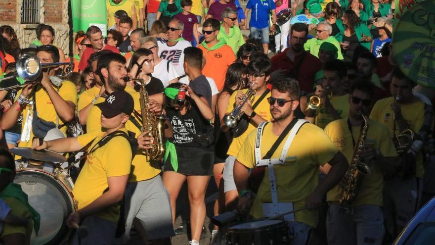 Desfile de peñas en Venialbo.