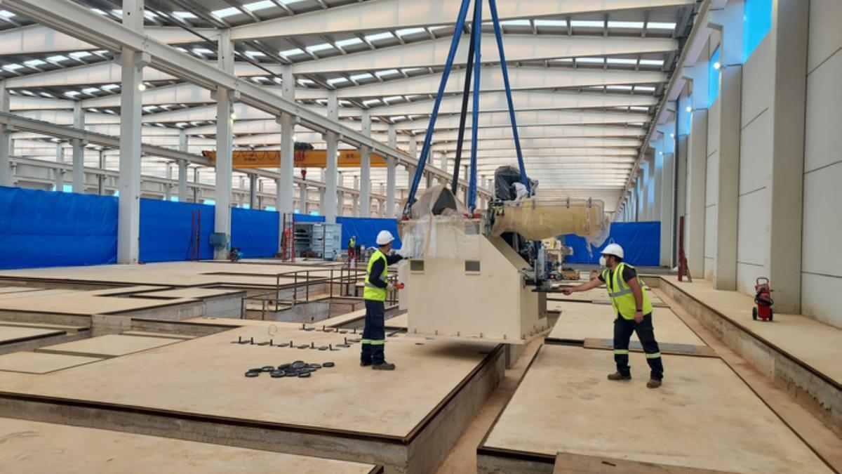 Nueva maquinaria en la fábrica que LatemAluminium construye en el polígono de Villabrázaro.