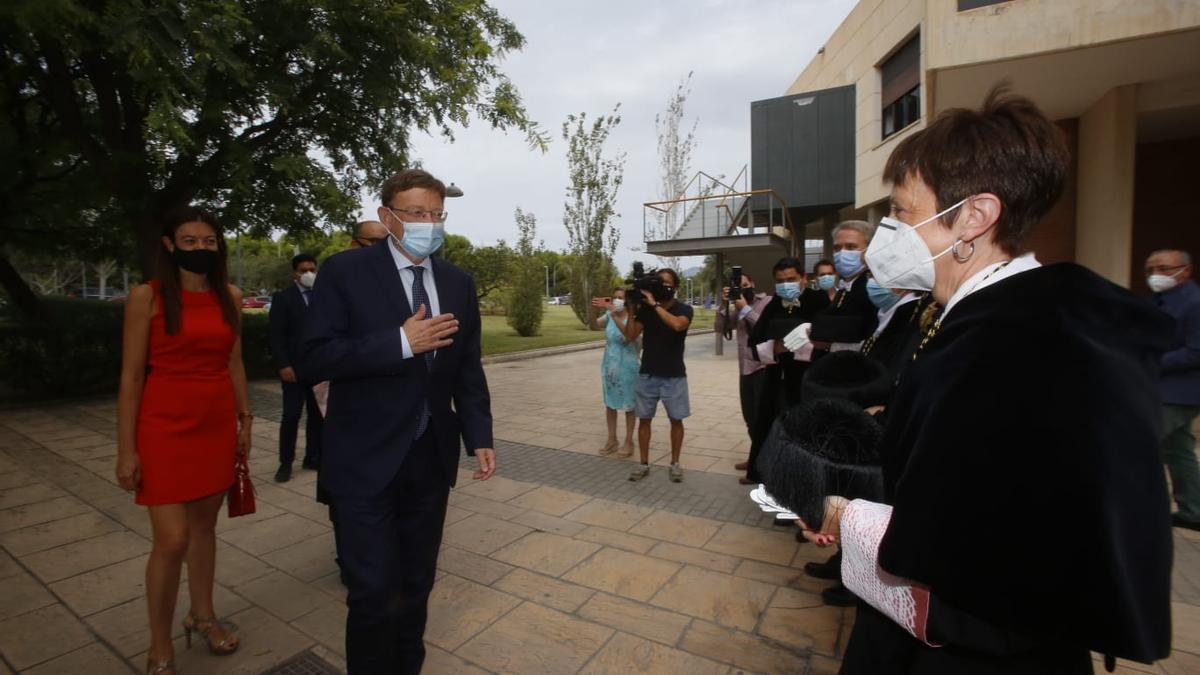 Puig saluda a los rectores a su llegada a la Universidad de Alicante