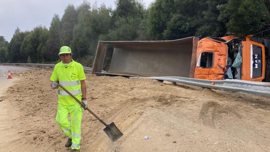 Un camión vuelca y pierde toda su carga en el cruce de la autovía a Baiona