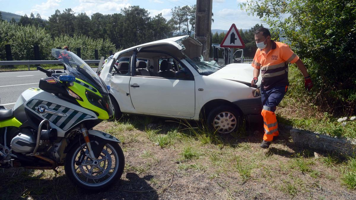 El coche chocó lateralmente contra el poste.