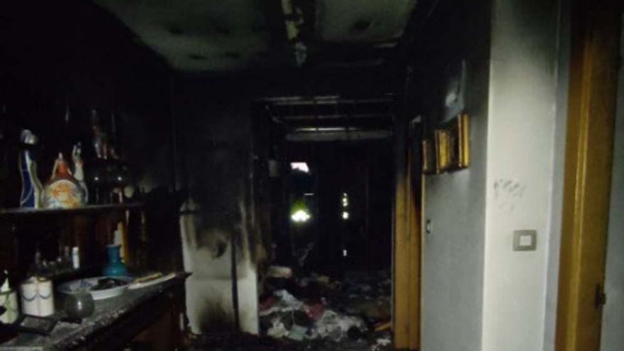 Aparatoso incendio de madrugada en una vivienda en Oleiros