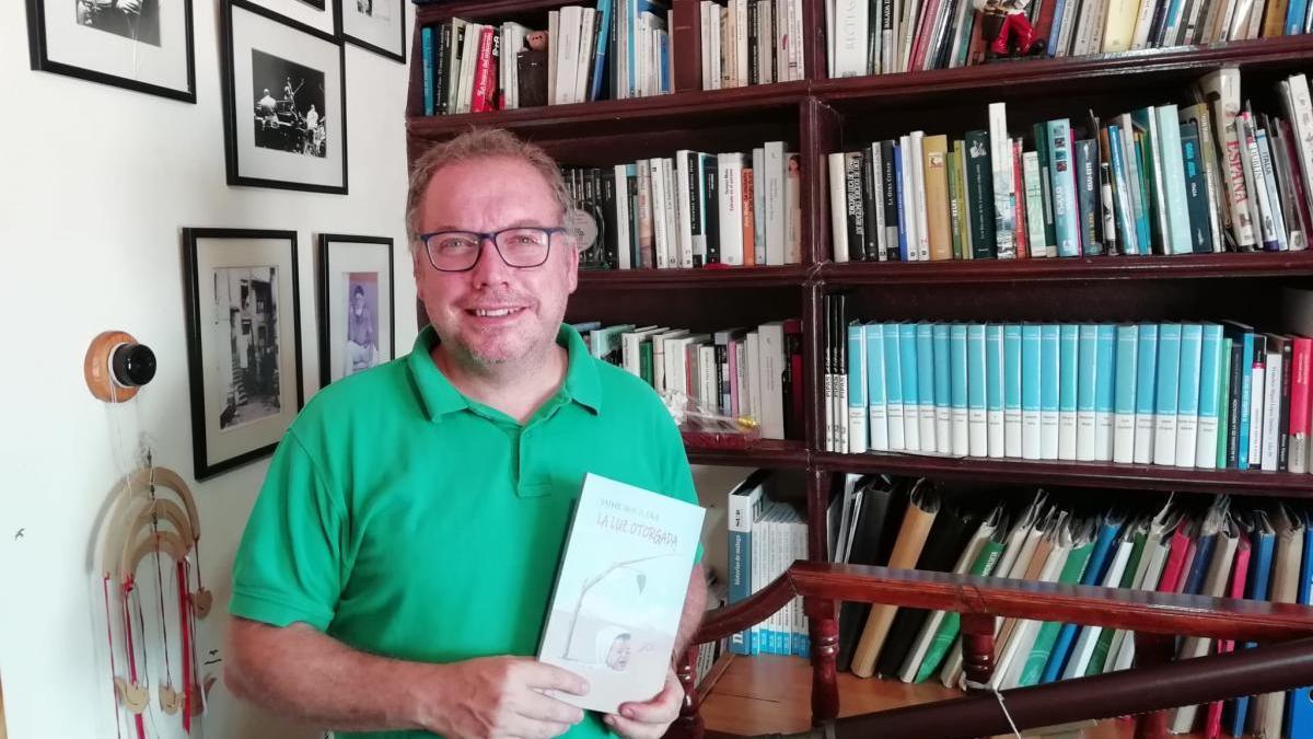 Jaime Aguilera, esta semana en su casa con su nueva novela, La luz otorgada.