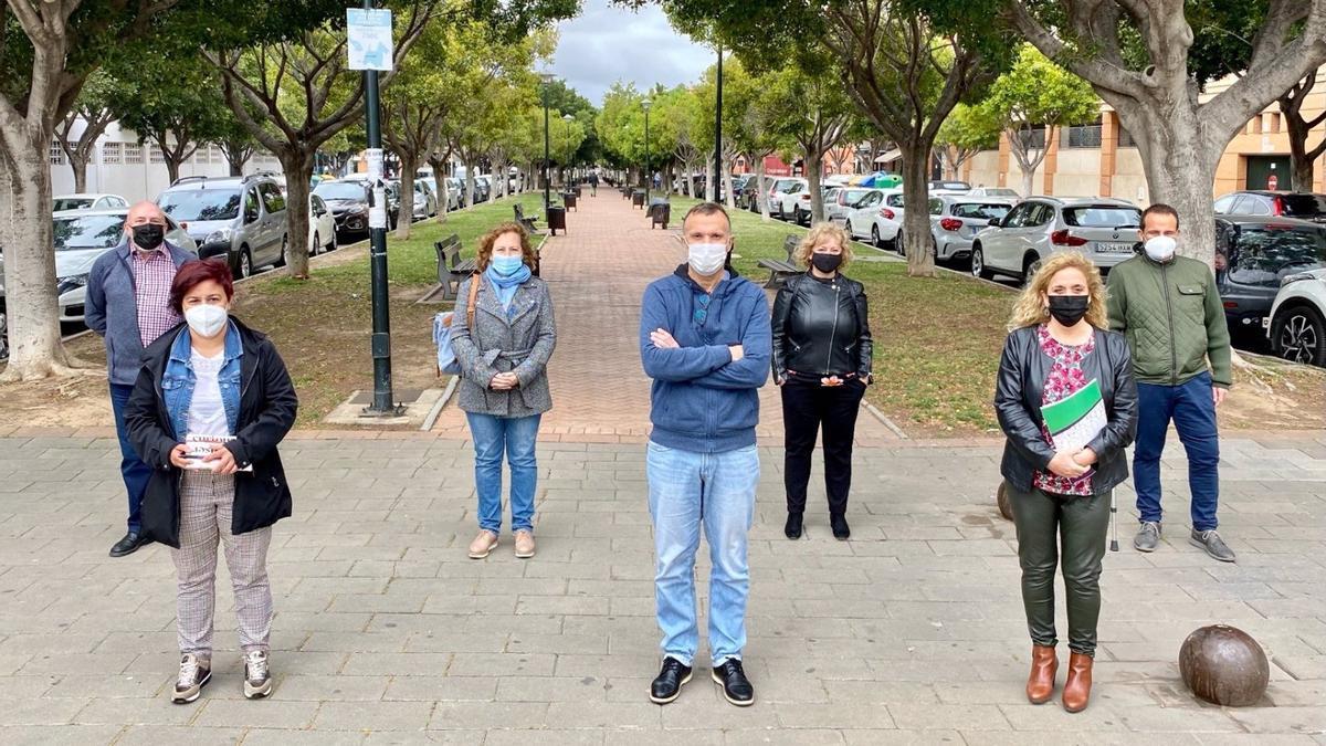 El grupo de Adelante Málaga, junto a vecinos del barrio.