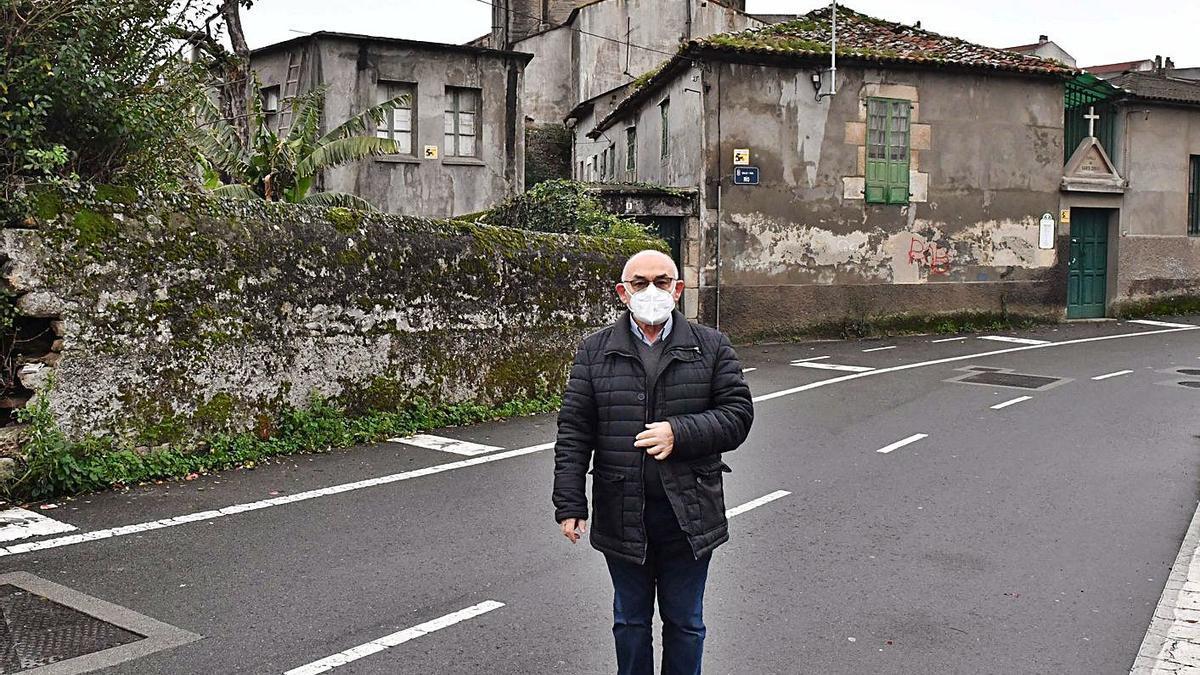 Antonio Rodríguez, párroco de Visma y Os Rosales, ante la antigua capilla de la parroquia que se convertirá en vivienda comunitaria de Cáritas para personas mayores.     // VÍCTOR ECHAVE