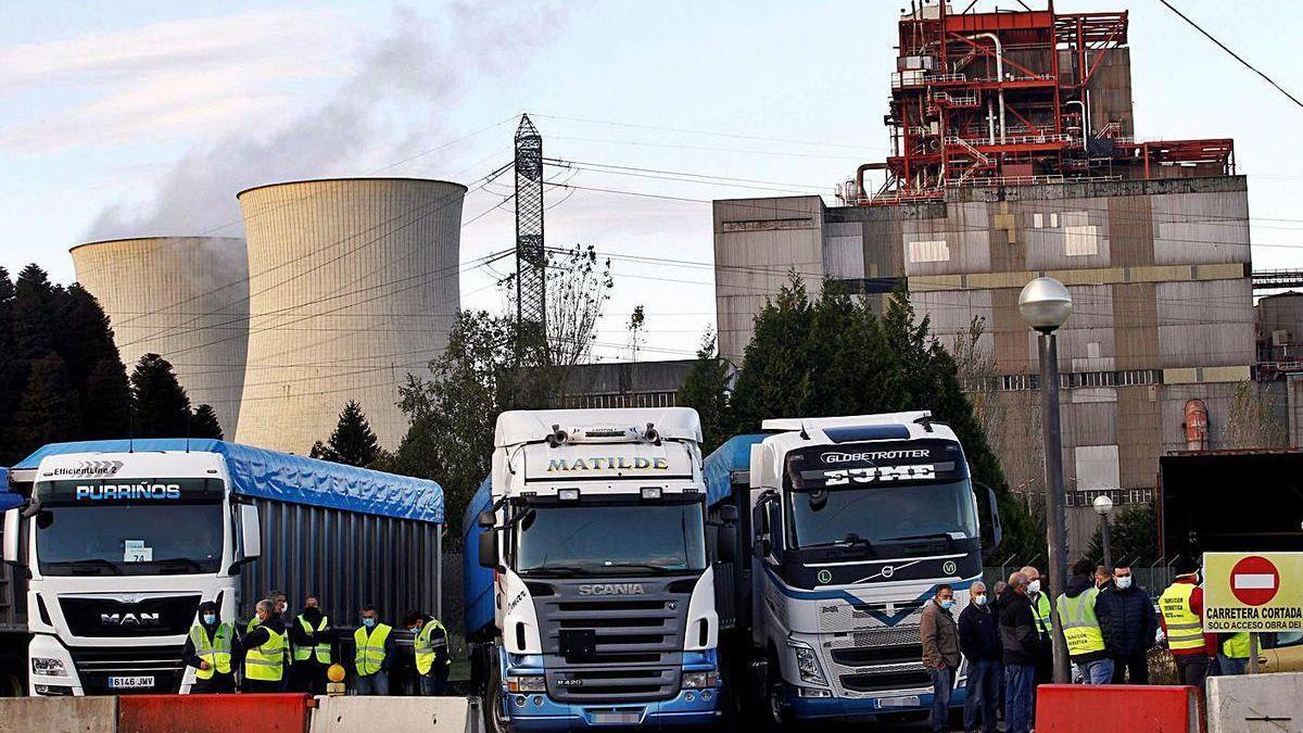Camiones bloquean el acceso de la central térmica, ayer, en As Pontes (A Coruña).