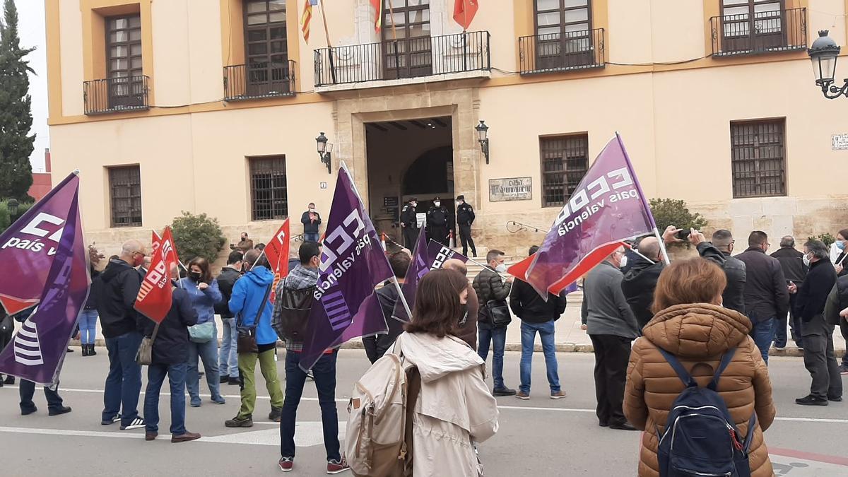 Concentración de CCOO frente al Ayuntamiento de Paterna