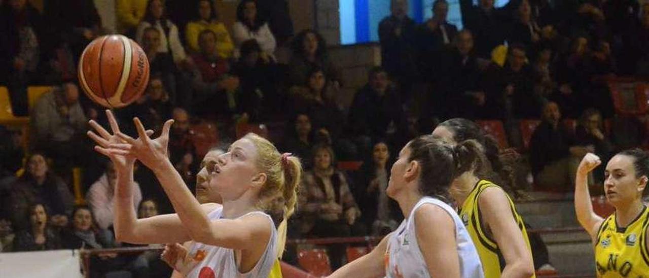 Branka Lukovic haciéndose con un rebote en presencia de Cristina Loureiro. // Noé Parga