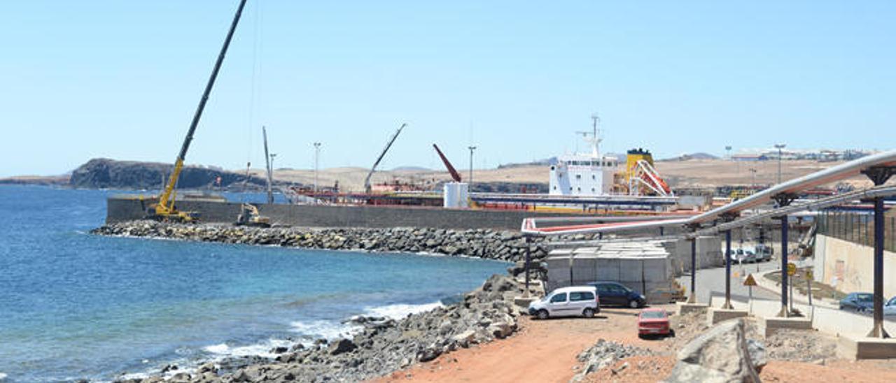 Las grúas trabajando en el puerto de la zona industrial de Salinetas, la pasada semana.
