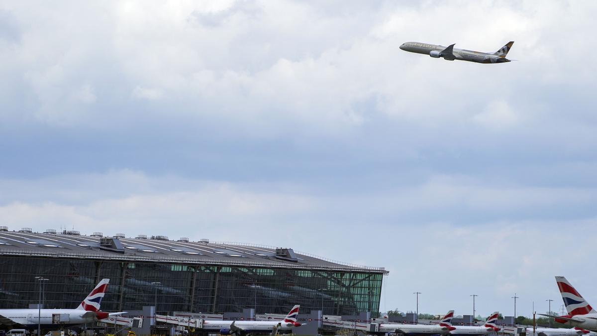 Un avión despega del Aeropuerto de Heathrow, en Londres.