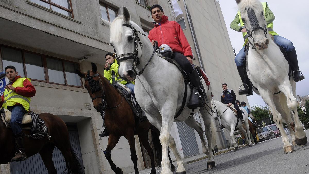 Imagen de una ruta a caballo por las calles de A Estrada