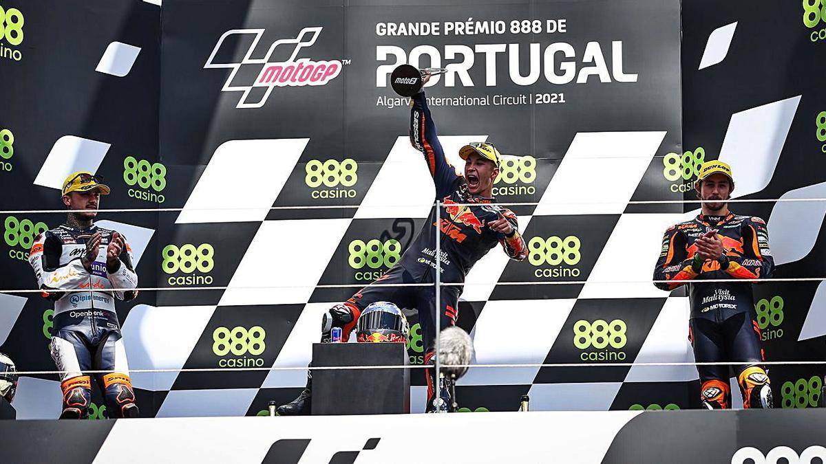 Arón Canet, a la izquierda, aplaude al ganador de la carrera, Raúl Fernández.  | EFE/JOSÉ SENA