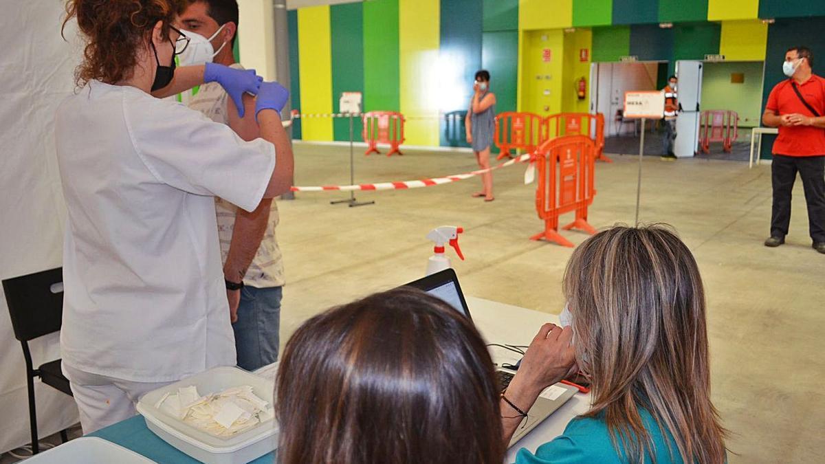Proceso de vacunación en el Centro de Negocios de Benavente.   E. P.