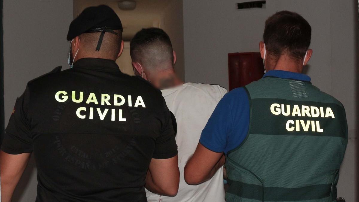 Dos agentes de la Guardia Civil detienen al sospechoso.