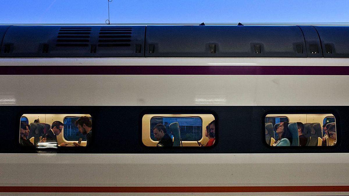 Usuarios del tren madrugador a Madrid que salía a las siete de la mañana.
