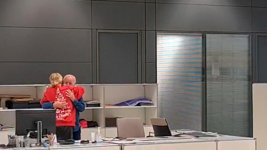 Los trabajadores de Zara hacen llorar a Amancio Ortega con una sorpresa