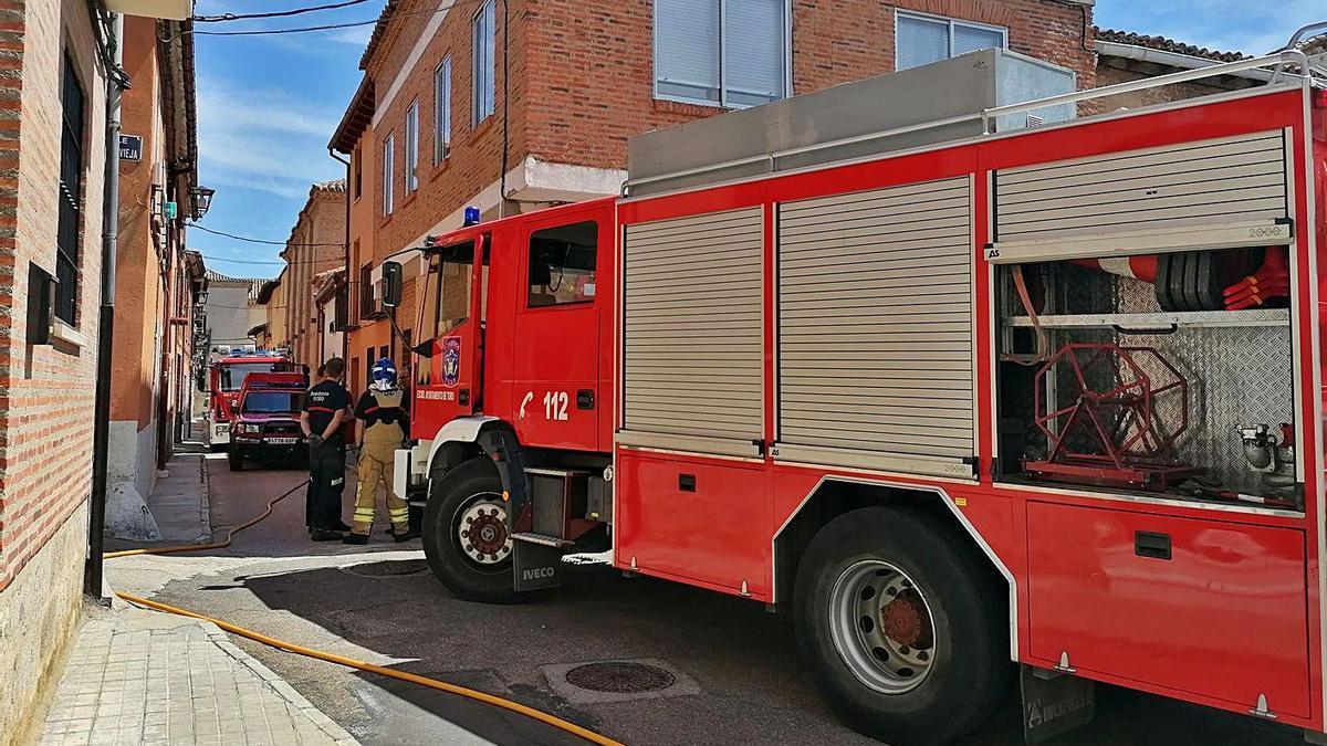 Los bomberos de Toro intervienen en un incendio declarado en una vivienda. | M. J. C.
