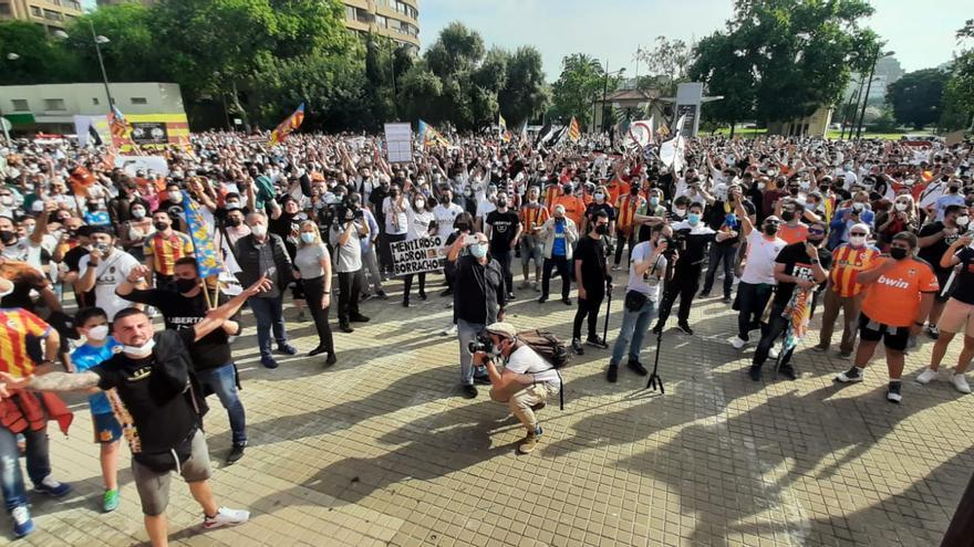 Marea de valencianismo contra Peter Lim