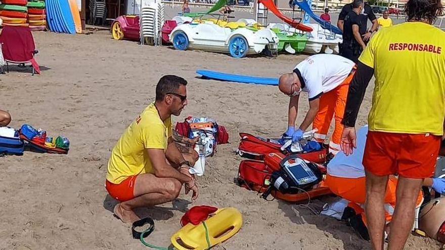 Salvan a un bañista tras una doble parada cardiorrespiratoria en una playa de El Campello