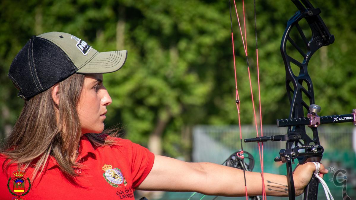 Claudia Ferrández  dispara durante una competición