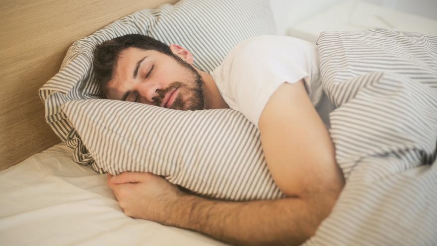 La solución para quedarte dormido en un minuto sin tomar químicos o infusiones