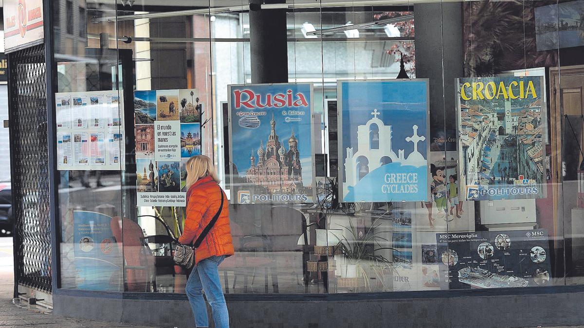 Una mujer pasea frente a una de las agencias de viajes situada en la capital aragonesa
