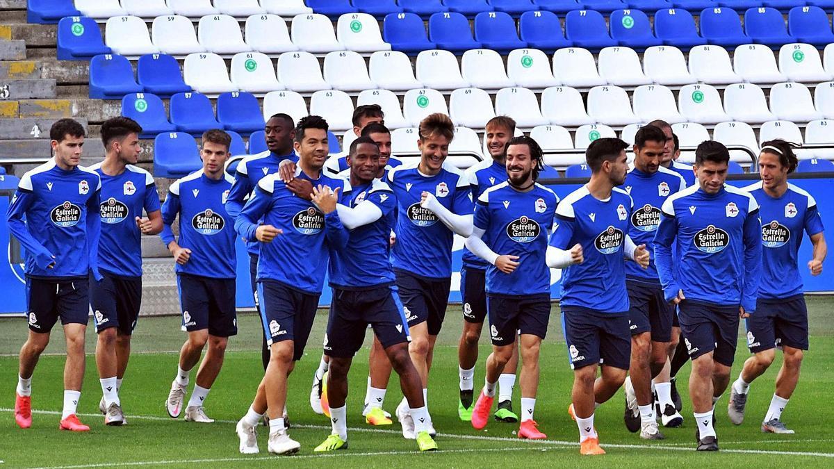 Los futbolistas del Deportivo, durante un entrenamiento en Riazor. |  // VÍCTOR ECHAVE