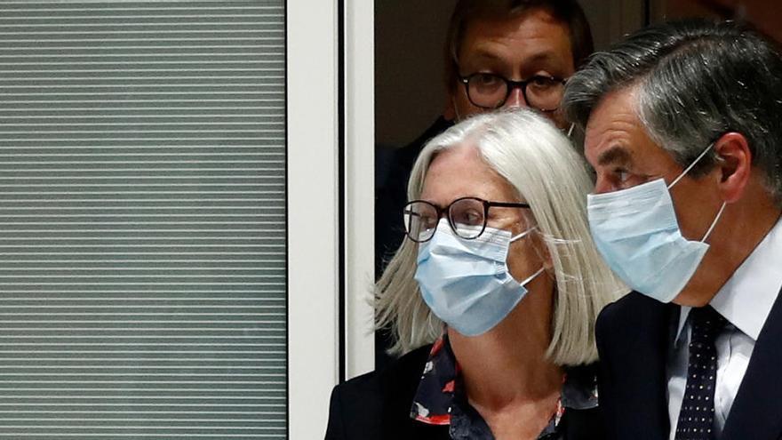 El ex primer ministro Fillon, condenado a dos años por un contrato falso a su mujer