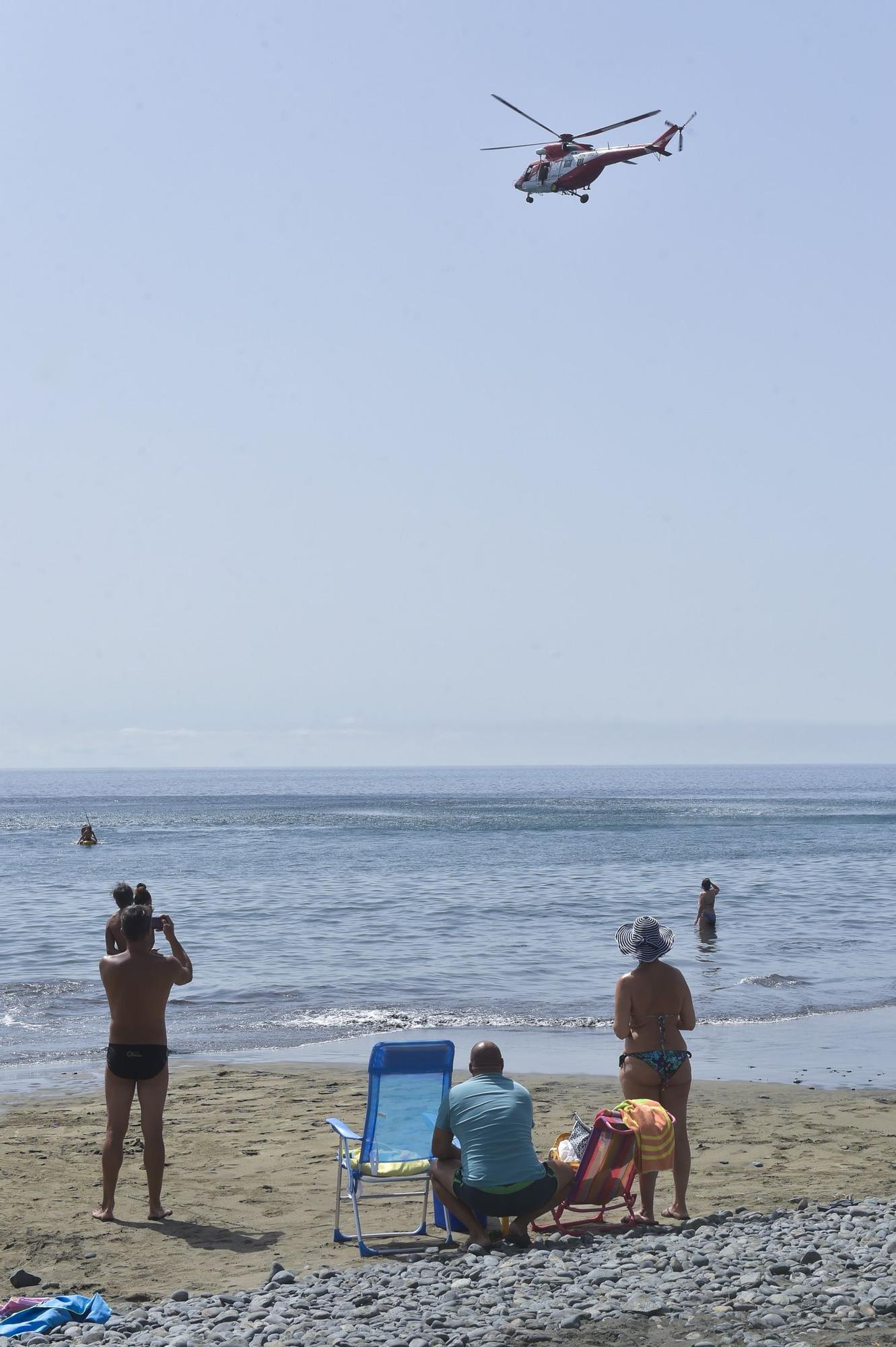 El helicóptero del GES rastrea Playa del Águila en la búsqueda del joven submarinista desaparecido (06/09/2021)