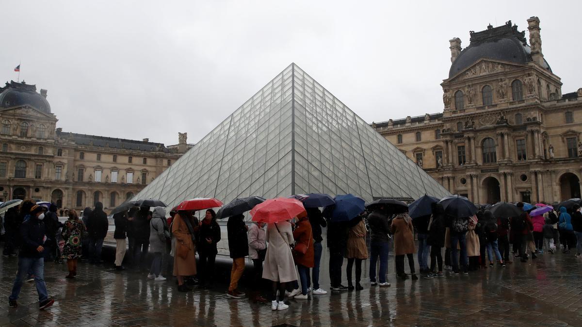 Cola a las puertas del Museo del Louvre antes del confinamiento general