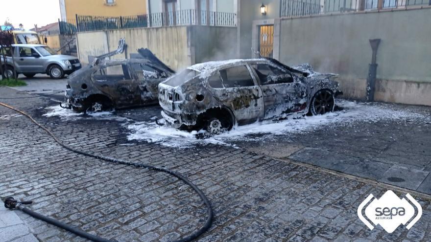El fuego calcina dos vehículos estacionados en Colombres, Ribadedeva