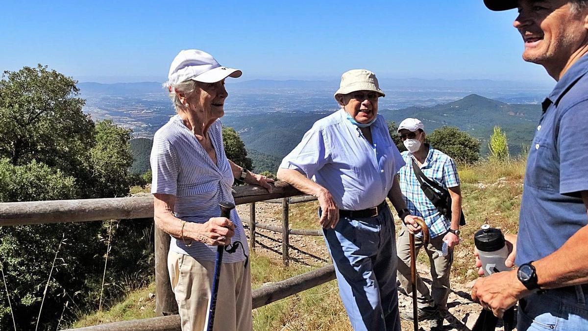Marta Ferrusola, Jordi Pujol i Oriol Pujol en una excursió al Tagamanent.    ACN