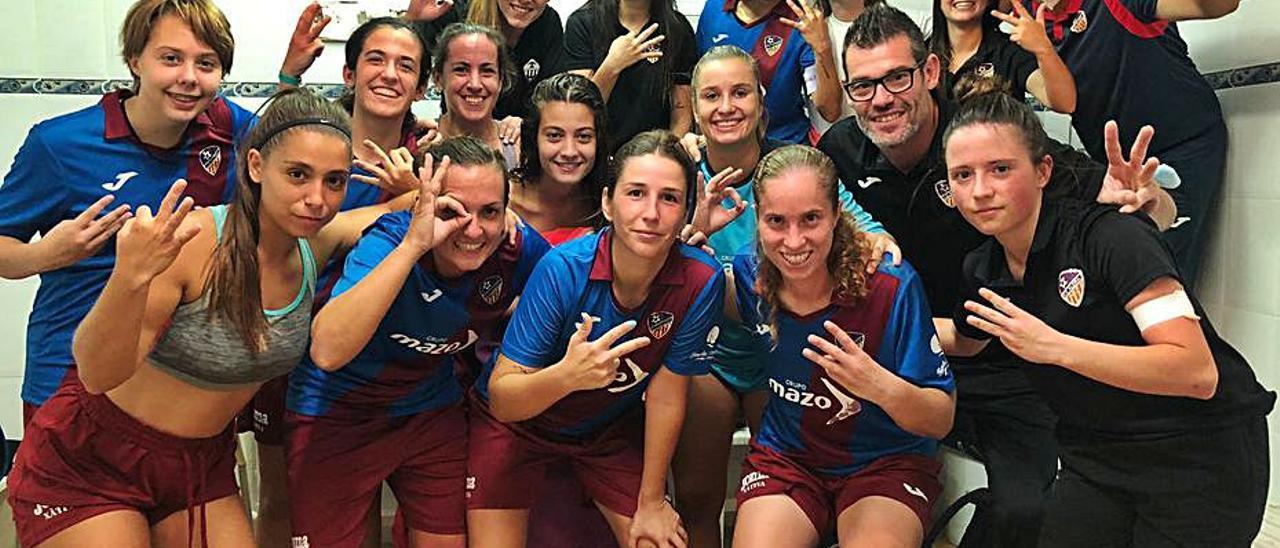 Las jugadoras del Alzira celebran su primer triunfo. | LEVANTE-EMV