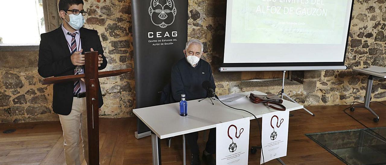 Rubén Domínguez, en el atril, y en la mesa el catedrático Fernández Conde.   Ricardo Solís