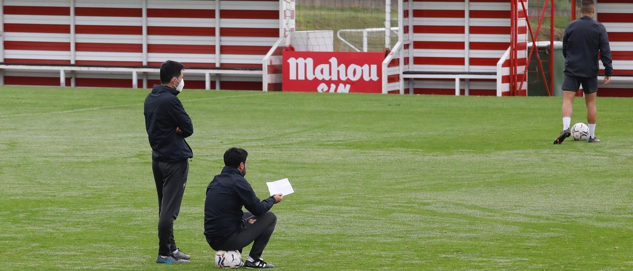 Gallego, sentado sobre un balón, en Mareo