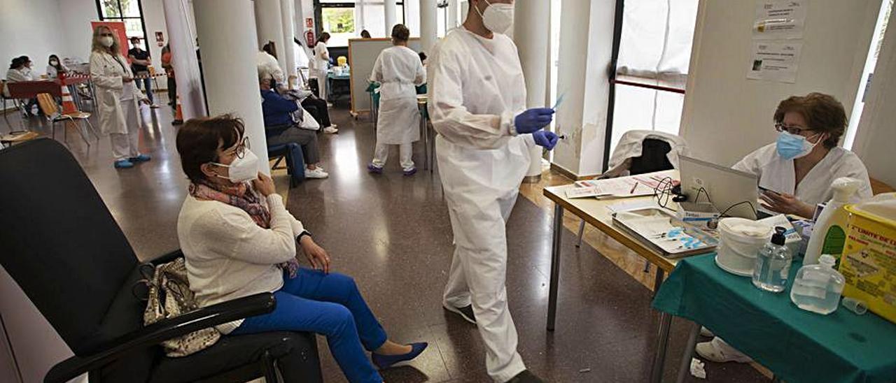 Vacunación en el Centro Cívico del Port de Sagunt. | DANIEL TORTAJADA