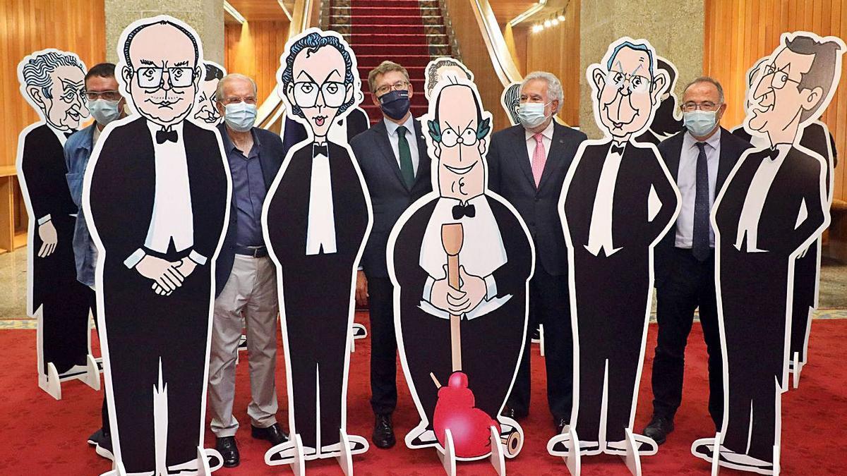 Siro López, Feijóo, Santalices y Bugallo tras algunas de las caricaturas del autor.  | // XOÁN ÁLVAREZ