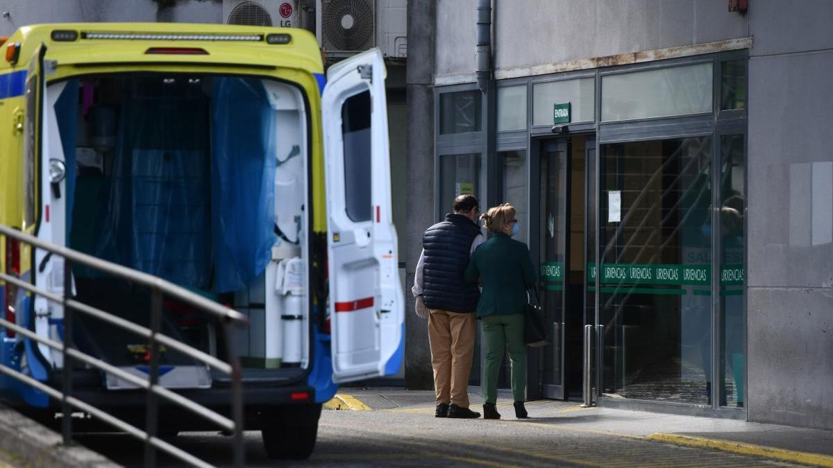 Pacientes entrando en Urgencias en Montecelo. // R. Vázquez