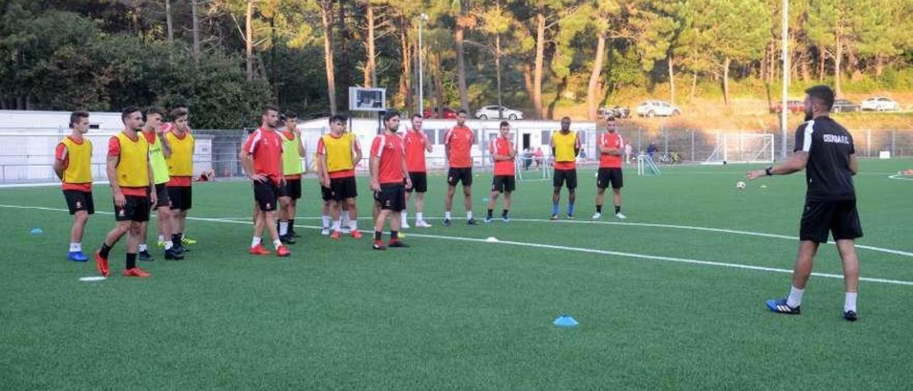 Presentación del nuevo equipo del Céltiga en el campo de A Bouza. // Noé Parga