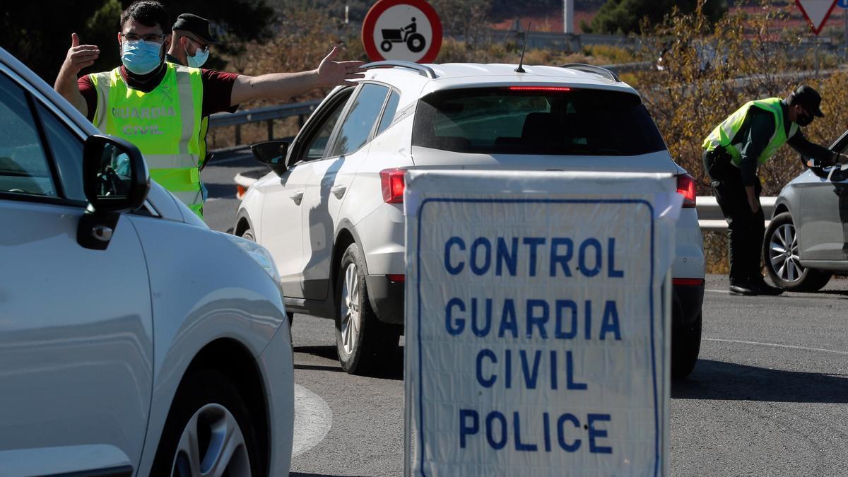 Los ayuntamientos piden autoconfinarse a sus vecinos para frenar al coronavirus pese a que no tienen competencia para restringir los movimientos