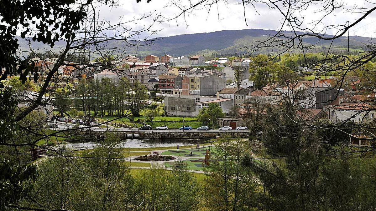 Vista del casco urbano de Rodeiro, con el parque y paseo fluvial en primer término.    // BERNABÉ/JAVIER LALÍN