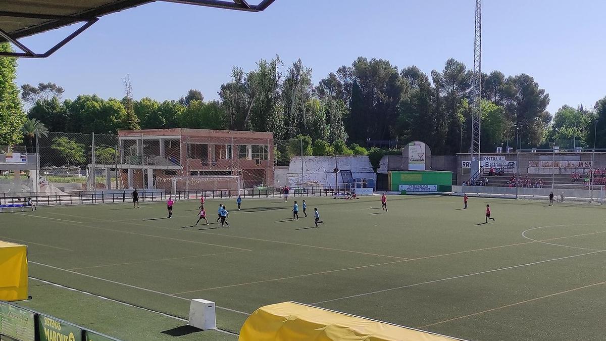 Estadio municipal de Montilla, durante un encuentro de categorías inferiores.