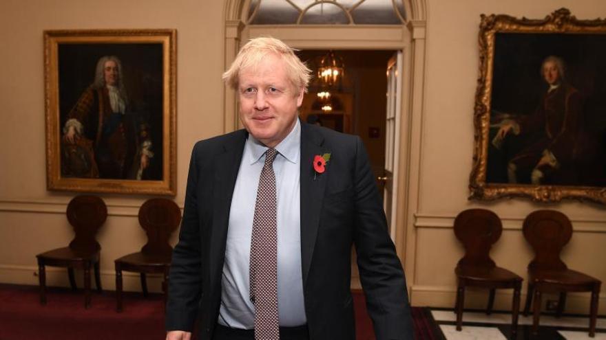 Johnson abandona el despacho de Downing Street.
