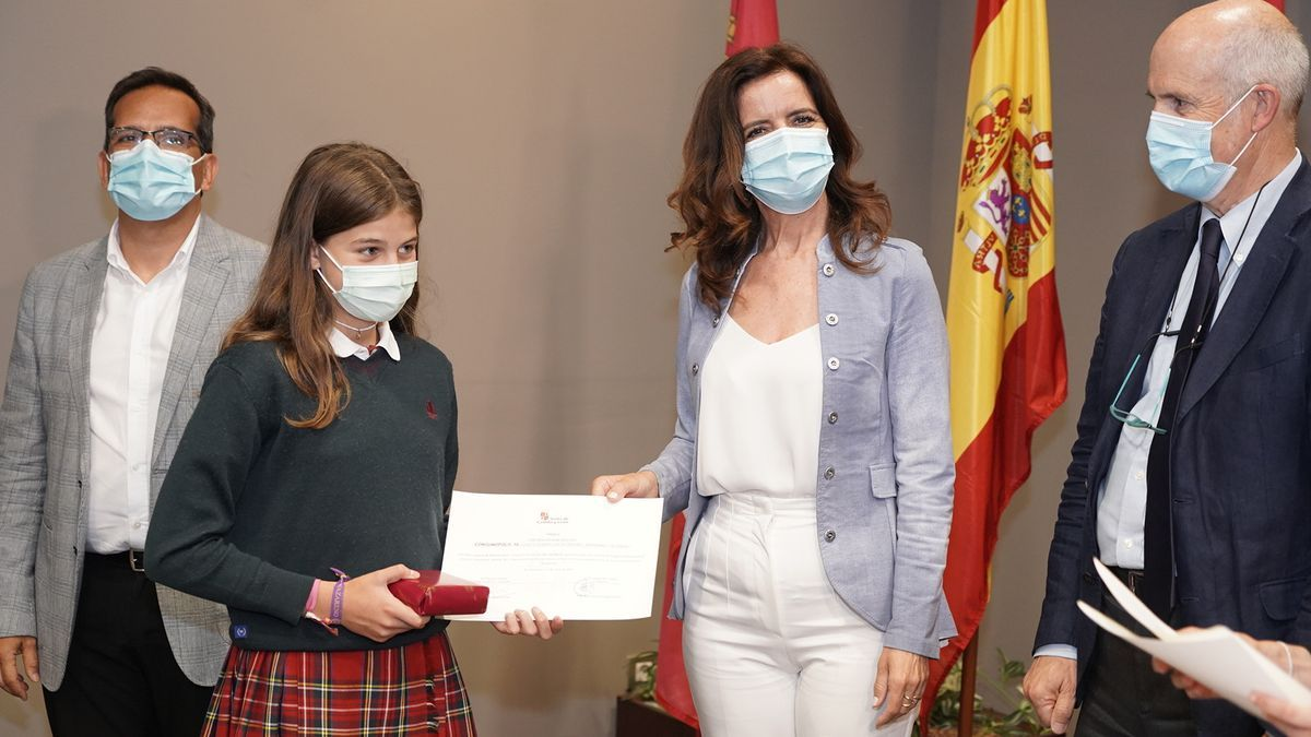 La consejera de Educación entrega un premio durante su visita a Soria.