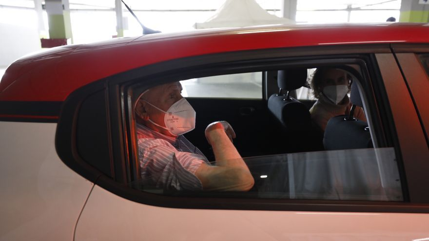 Nueva jornada de vacunaciones masivas en el auto-Vac del HUCA, para inmunizarse sin salir del coche