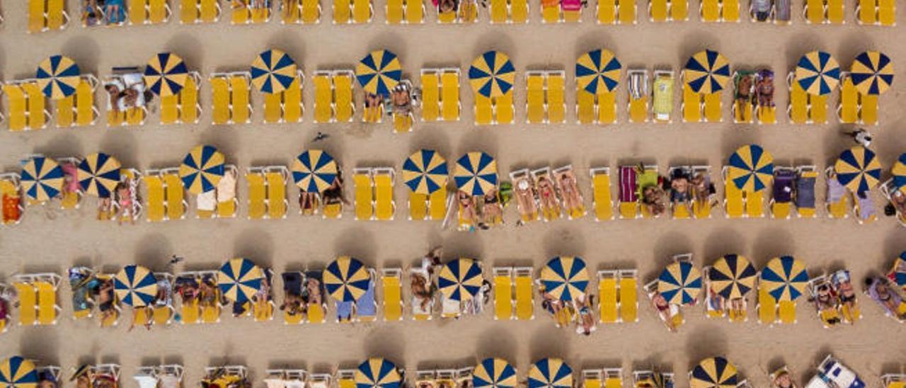 Vista aérea de la playa de Amadores, que ha convertido a Karolis Janulis en ganador del tercer premio de la categoría de Viajes del concurso internacional.