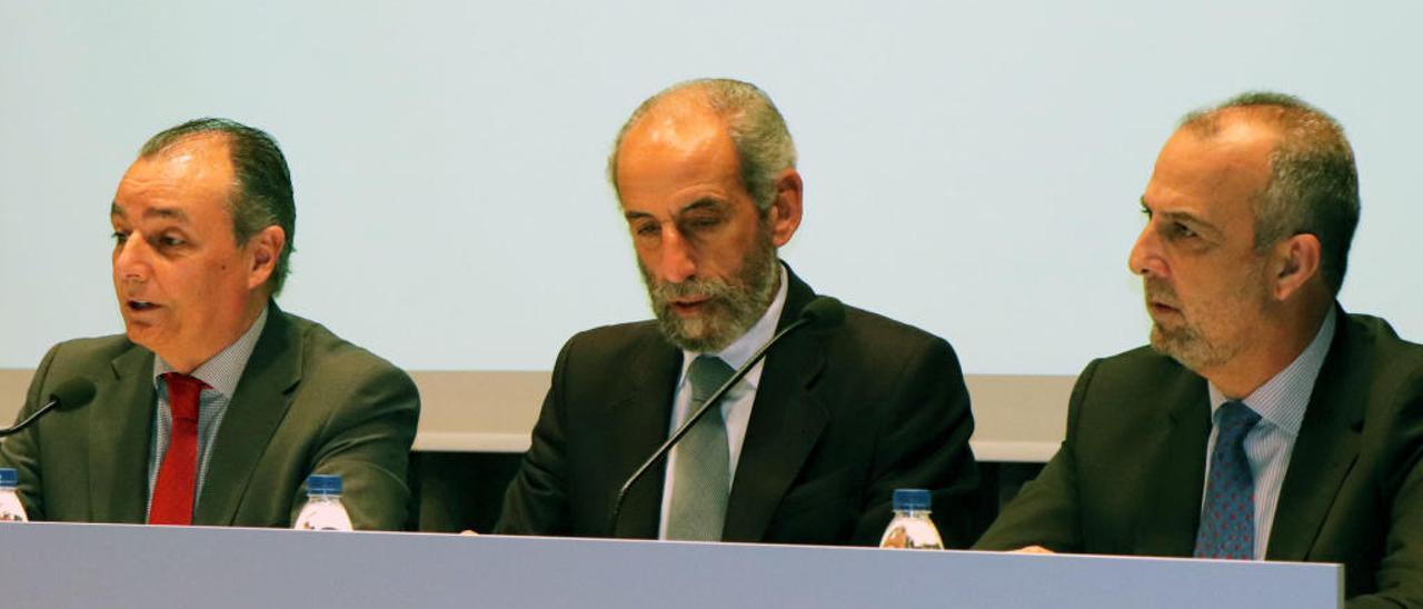 De izquierda a derecha, Salvador Navarro, Miguel Ángel Javaloyes y Perfecto Palacio, en la junta de ayer.