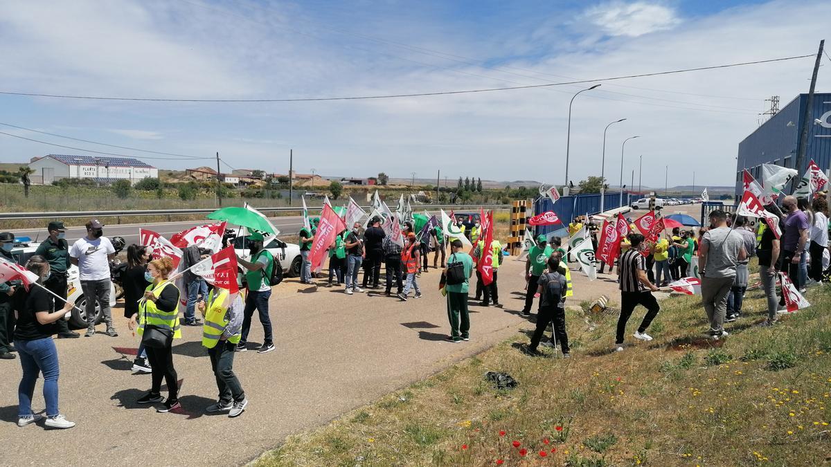 Trabajadores de Siro en uno de los paros celebrados en las puertas de la fábrica